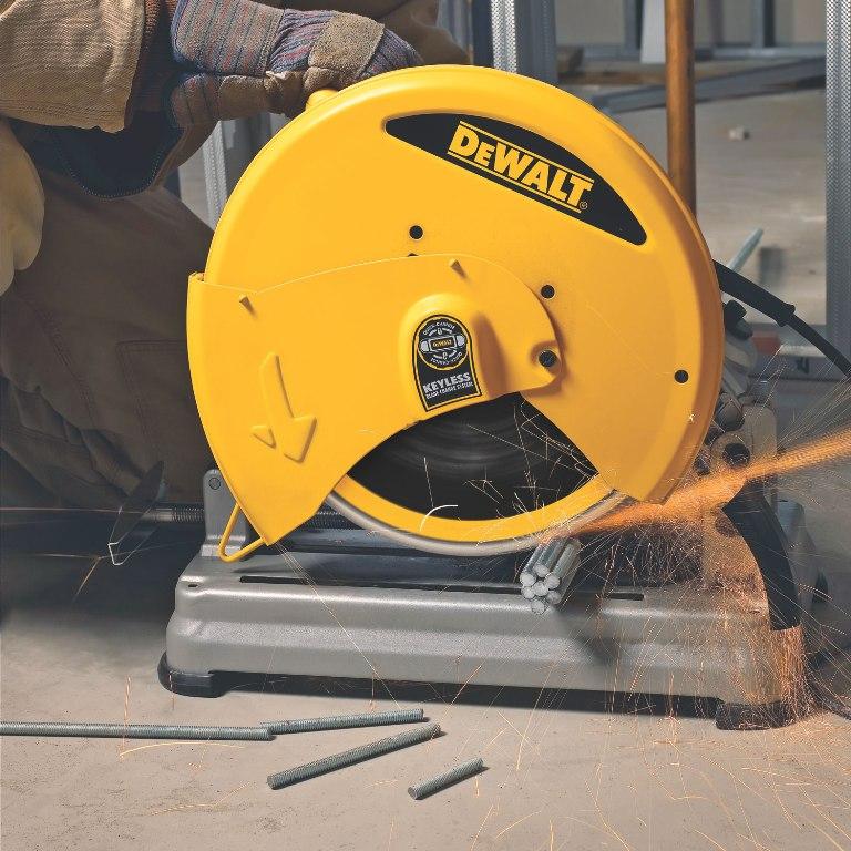 Пила монтажная или отрезная машина по металлу в работе
