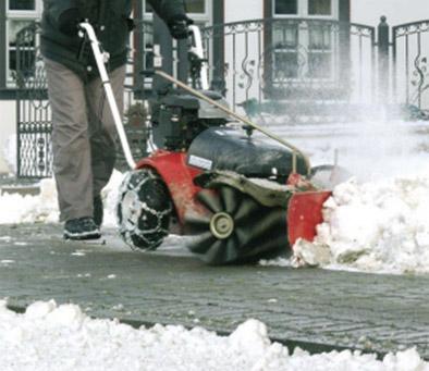 Уборка снега подметальной машиной